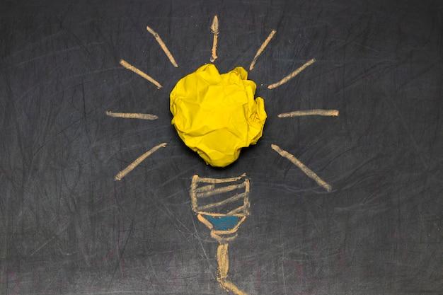 良いアイデアのためのインスピレーションコンセプトしわくちゃのカラー紙電球のメタファー