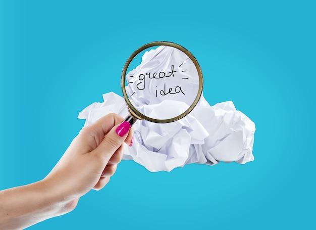 좋은 아이디어에 대한 구겨진 종이와 전구 은유에서 영감 개념