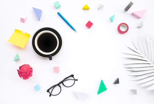 Концепции идей вдохновения с бизнес-объектом на фоне белого стола