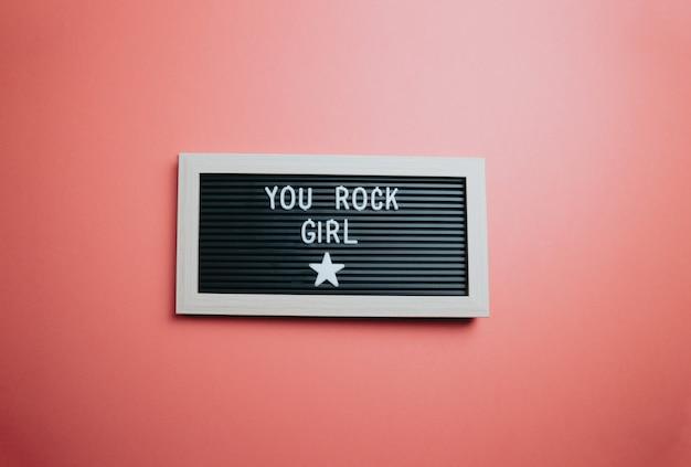 心に強く訴える動機付けの引用。成功とモチベーションの概念。美容の日、コンセプトの女の子のメッセージ、カラフルな背景。