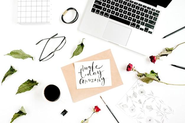 흰색 표면에 빨간 장미, 노트북, 커피와 함께 종이에 붓글씨 스타일로 쓰여진 감동적인 따옴표