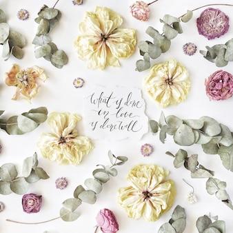 흰색 종이에 캘리 그라피 스타일로 쓰여진 감동적인 인용문