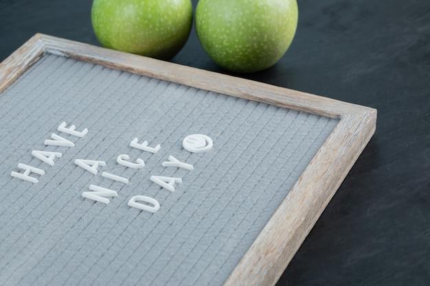Citazioni ispiratrici su una tavola di legno grigia