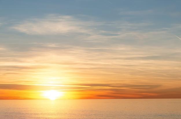 Вдохновляющее спокойное море с закатным небом. красочный горизонт над спокойной водой.