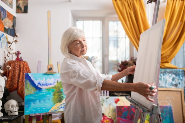 絵を描く前にインスピレーションを得ました。絵を描く前にインスピレーションを得たボブカット感のあるスタイリッシュな老人美しいアーティスト