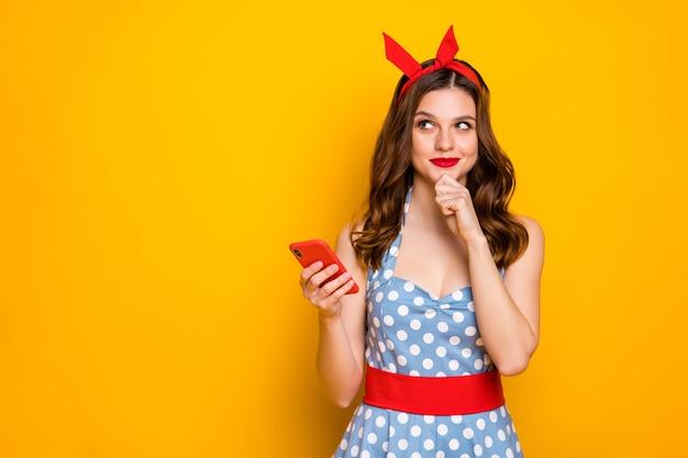 영감 블로거 소녀 사용 스마트 폰 생각 봐 복사 공간 입고 파란색 빨간색 머리띠