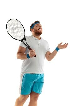 白いスタジオの背景に分離されたプロのテニスプレーヤーのインスピレーションを得た面白い感情
