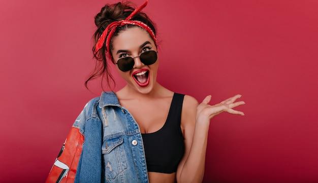 Вдохновленная спортивная девушка с модной прической веселится
