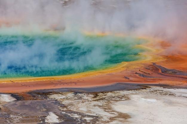 Вдохновляющая натуральность. поля бассейнов и гейзеров в йеллоустонском национальном парке, сша.
