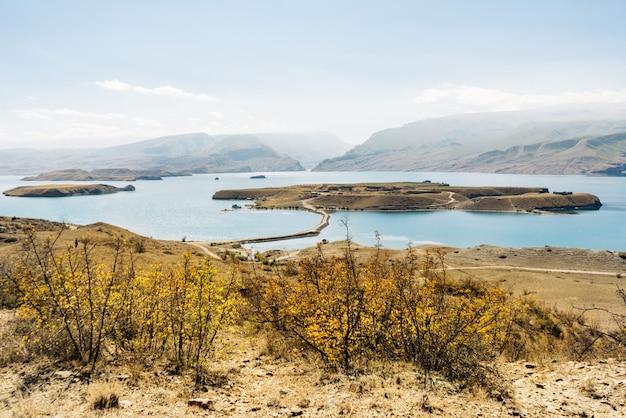 Вдохновляющая природа, голубая вода и горы на солнце