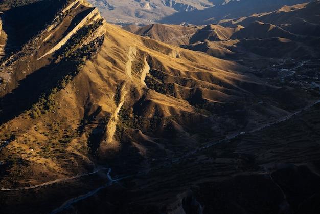 영감을 주는 자연, 아침 햇살 아래 높은 코카서스 산맥
