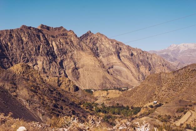 Вдохновляющая природа, высокие горы под голубым небом
