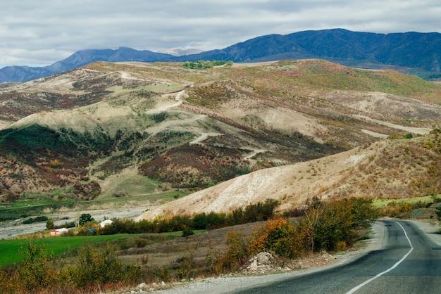 感動的な自然、雄大な山の斜面と野原、道路、高速道路、山のふもと
