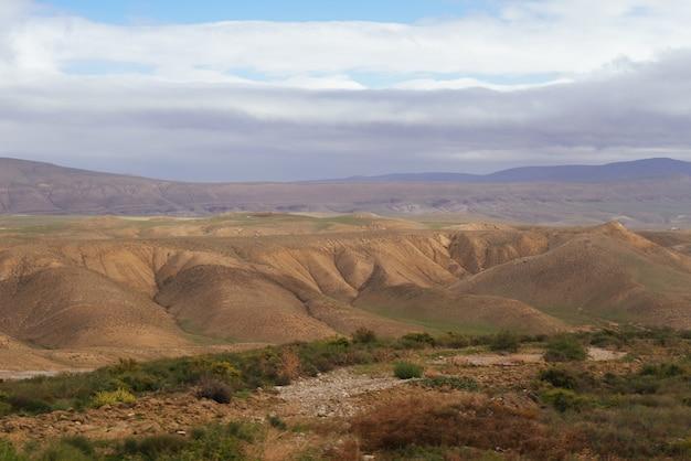 感動的な自然、雄大な山の斜面と野原、空の下