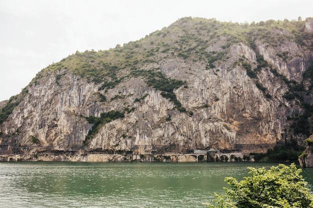 イタリアのイゼーオ湖の岩のある感動的な風景。