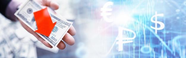 경제의 불안정. 경기 후퇴. 세계 위기. 테이블에 지폐 달러입니다. 경제 위기. 국가 통화의 하락. 휘발성.