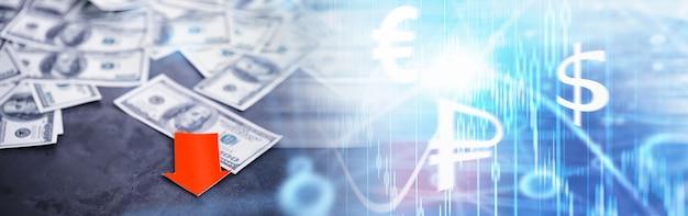 経済の不安定さ。不況。世界の危機。テーブルの上の紙幣ドル。経済危機。国の通貨の下落。ボラティリティ。