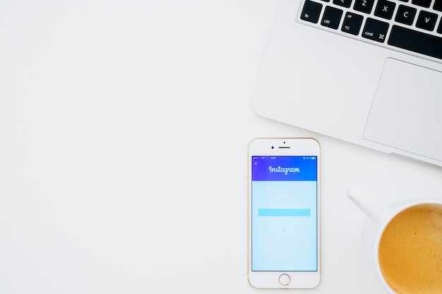 커피와 노트북으로 휴대 전화에서 instagram 앱