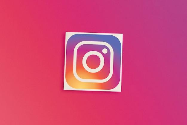 분홍색 배경에 instagram 로고