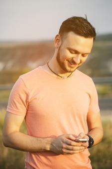 携帯電話を持つ男。レトロなビンテージinstagramフィルター
