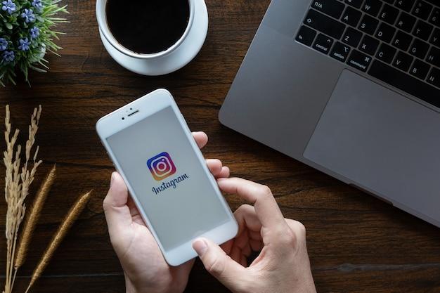 Instagramのアプリケーションのログイン画面。