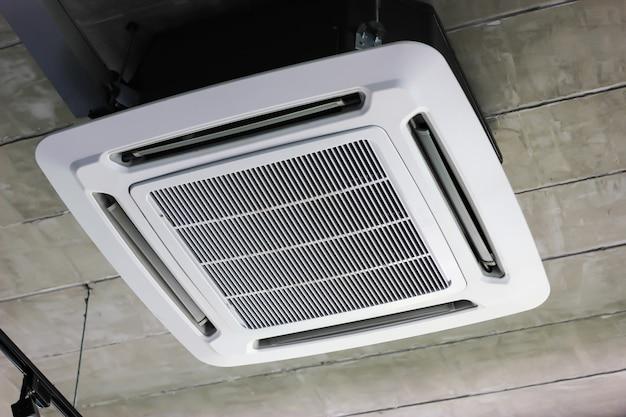天井の建物にエアコンを取り付けます。