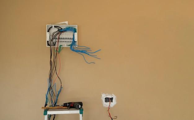 壁の背景に電気ボックス サーキット ブレーカー ボードの配線を取り付けます。