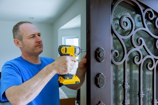 Installation of interior with a lock in the door leaf using an drill screwdriver