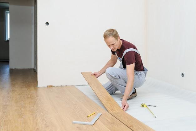 ラミネート床板の設置