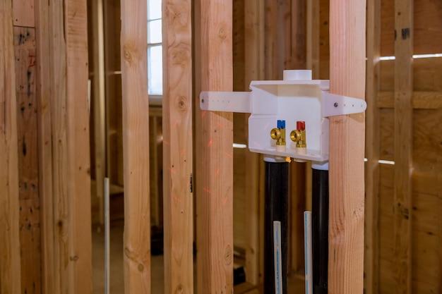 洗濯機に水を接続するための新しい家への洗濯コンセントボックスの設置