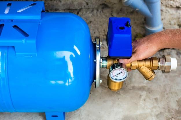 油圧アキュムレータを使用した住宅への給水所の設置。ポンプ場。