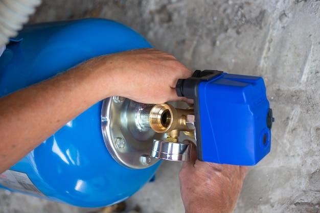 Монтаж водопровода в жилой дом с помощью гидроаккумулятора. насосная станция.