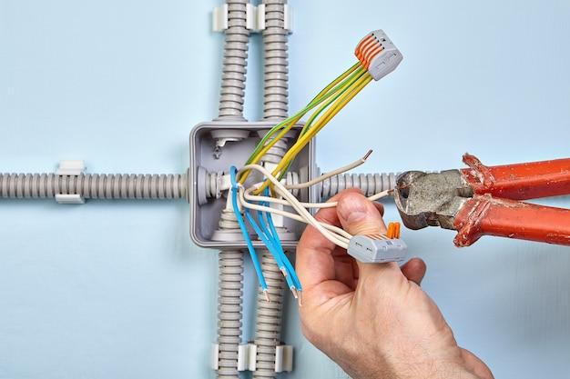 니퍼 도구와 플러그형 단자대를 사용하여 전기 접속 배선함을 설치합니다.