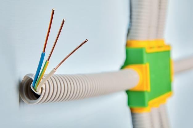 주거용 건물에 전기 배선 설치.