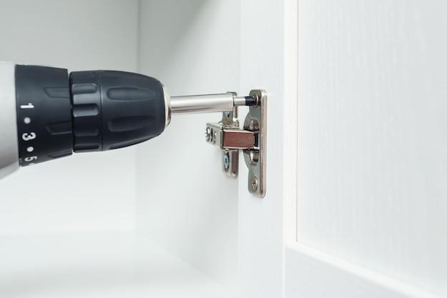 Установка мебельных петель для дверей