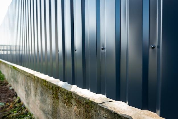 금속 프로파일에서 회색 울타리 설치