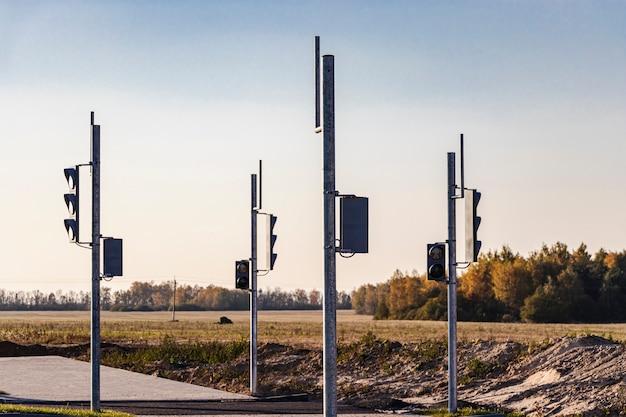 市の端に新しい交差点と横断歩道を建設する際のグループ信号機の設置。