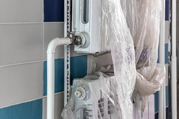 난방 배터리 설치. 욕실에 난방 시스템 설치.