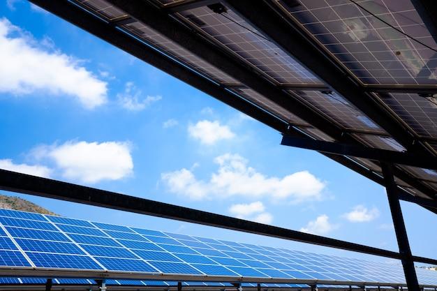 푸른 구름이있는 산악 지역에 태양 전지판을 설치합니다.