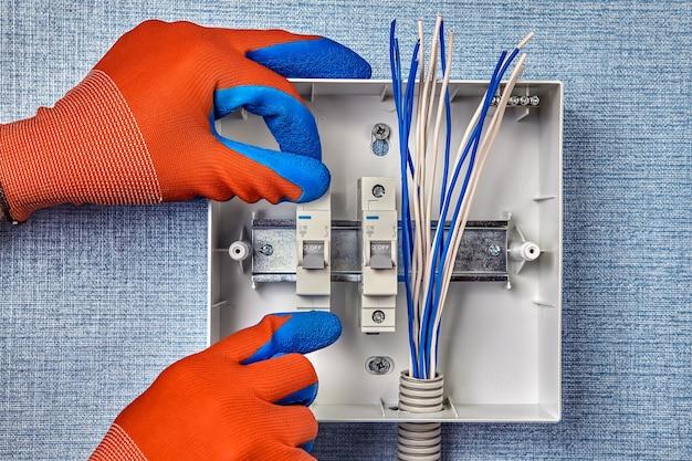 家庭用電気システムへの配電盤の設置。