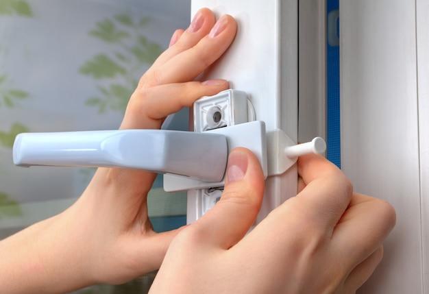 창 제한 장치를 창에 설치합니다.