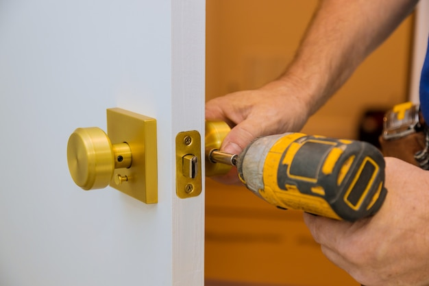 Installation with a lock in the door leaf using an drill screwdriver,for holding screws