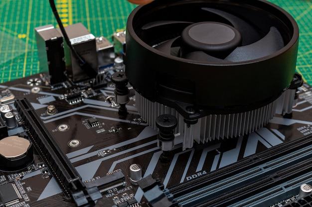 Установка кулера на процессор персонального компьютера.
