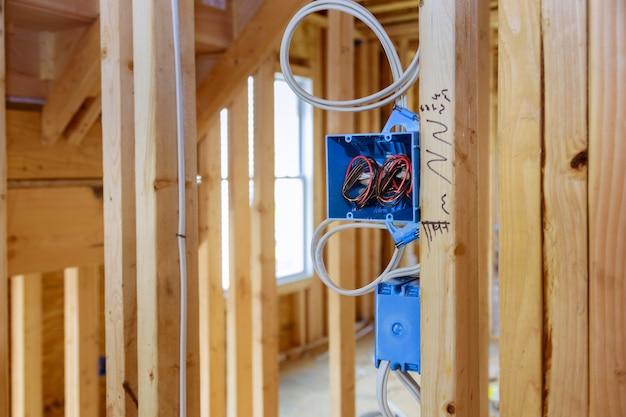 벽 새 집 새 집 건축에 전기 소켓 설치