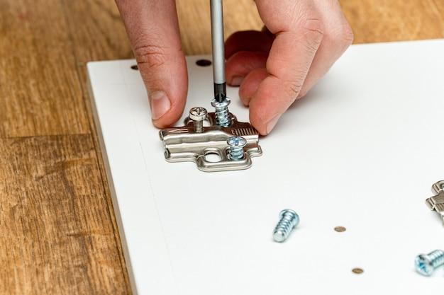 Установка дверных петель, фурнитуры для мебели, сборка мебели с помощью отвертки.