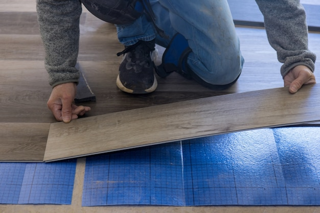 새 아파트에 라미네이트 바닥재 설치