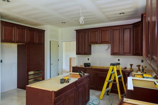 현대식 주방 주방에 새로운 유도 호브 설치
