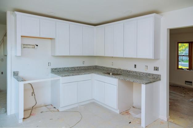 현대식 주방에 새로운 유도 호브 설치