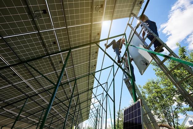 Установка автономной системы солнечных фотоэлектрических панелей Premium Фотографии