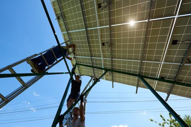 Установка автономной системы солнечных фотоэлектрических панелей.